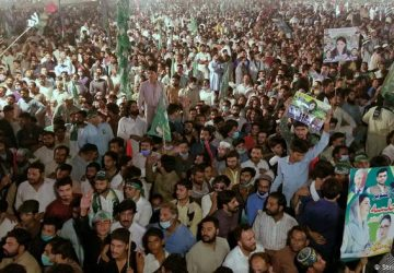 Tens of thousands rally to demand Pakistan PM Imran Khan resign